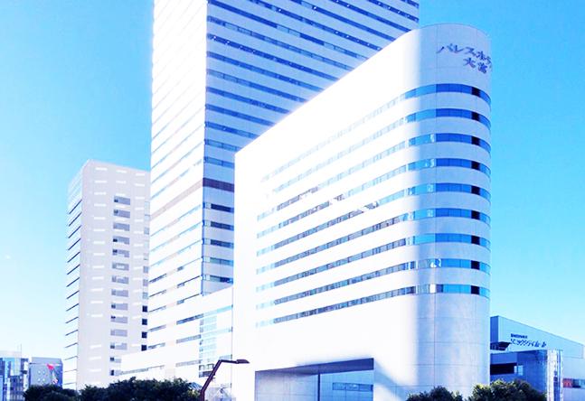 大宮駅からペデストリアンデッキを歩いて大宮ソニックシティビル2階入り口へ。高層用エレベーターで28階にお上がりください。