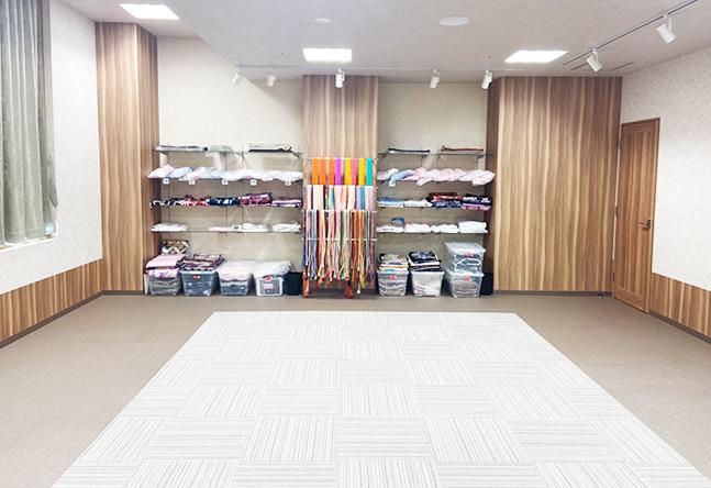 広々とした空間に間仕切りでお教室を作ります。少人数のスペースから広く教室を使用することも!