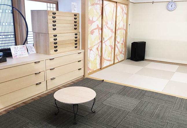 モダンな印象のビルの中に、ふんわりとあたたかな和室のお部屋があります。 広々としたスペースで、ゆったりとレッスンを受けていただけます。