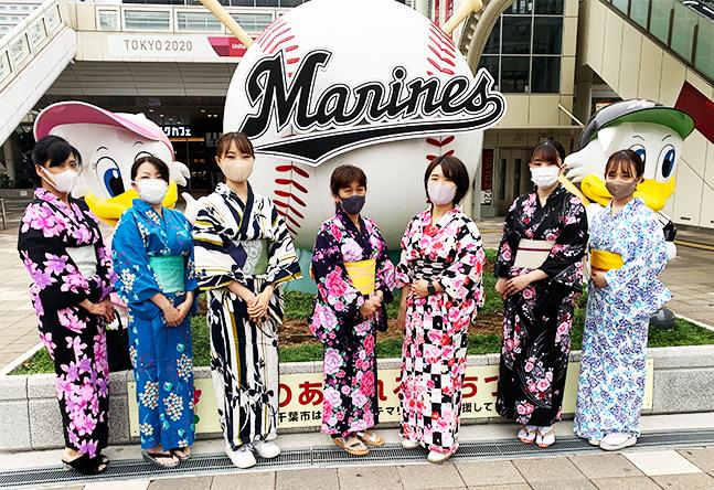 【野球のモニュメント】ZOZOマリンスタジアムのある海浜幕張駅前には、マー君とリンちゃんがいます。教室で浴衣に着替えて気軽に野球観戦はいかが?
