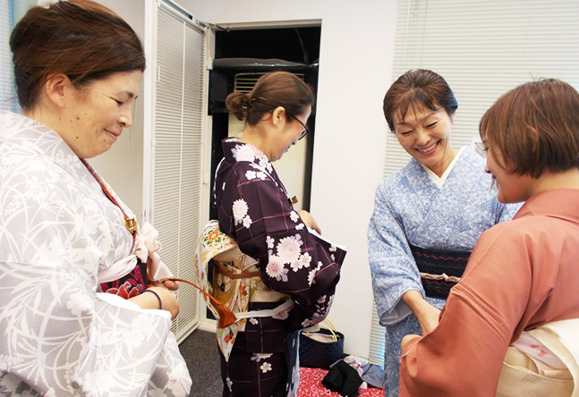 講師もスタッフも明るく楽しく、いつもほわほわとあたたかい空気に包まれる京都校。 リラックスして学ぶことができ、講師への質問などもしやすい環境です。