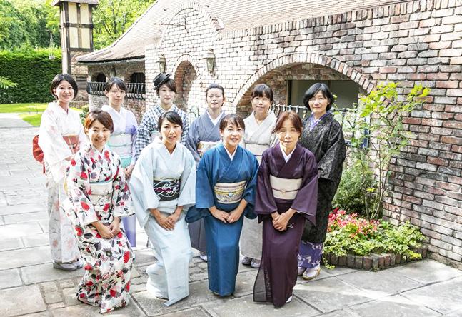 ほんのわずかな時間でも、きものを着て歩くだけで大きな収穫があるのです。プチおでかけも気持ちが上がる京都校でいっしょに学びませんか。