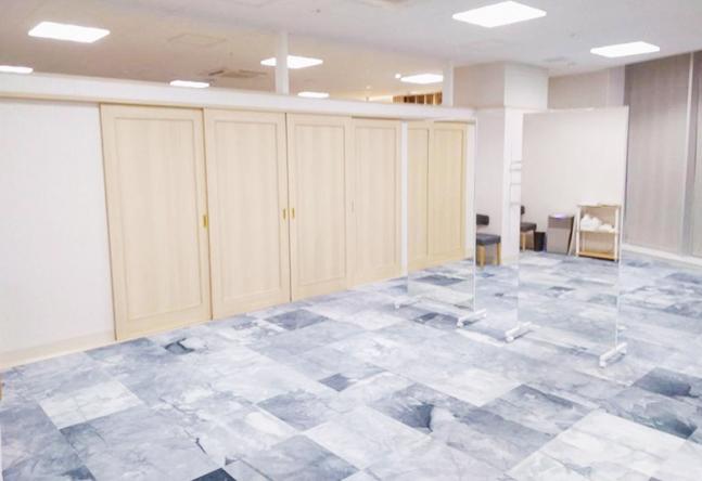 【綺麗で広々とした教室】エントランスも教室も広々としており、ゆったりとした空間で授業を受けていただけます。鏡もとっても大きいです!