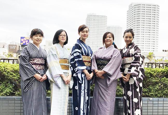 近隣の生徒さんも多く、地元トークで盛り上がります。先生たちが東戸塚情報を生徒さんから教えてもらっています。