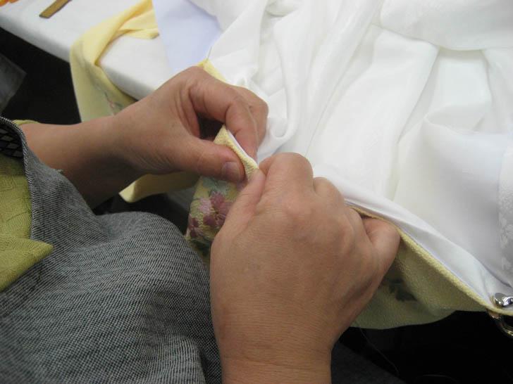 半衿を縫い付ける作業