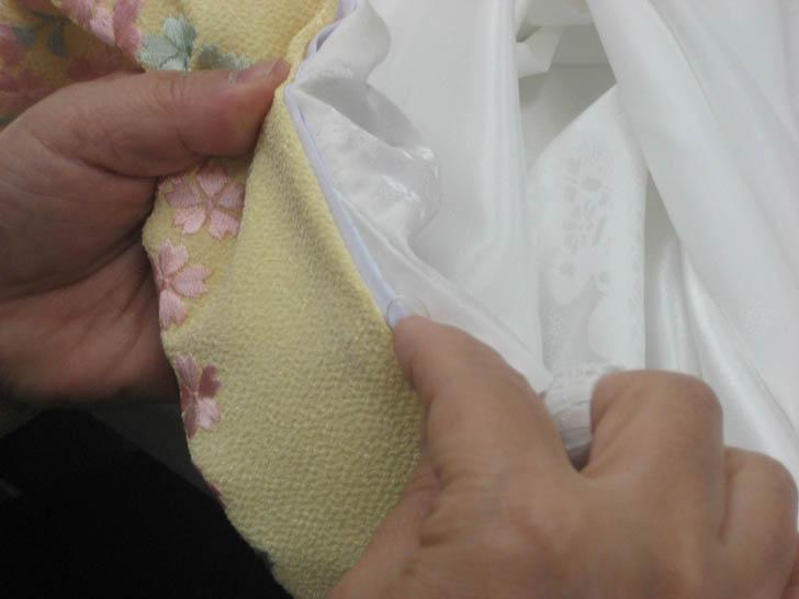 長襦袢の衿よりも少し内側に折って縫います