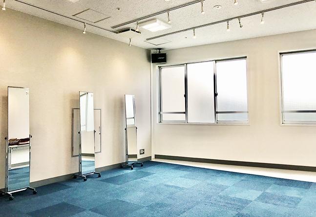 大きな窓があり、明るくシンプルな教室です。よけいな装飾もなく集中してレッスンを受けられます。